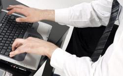 It-konsult som arbetar vid skärmen